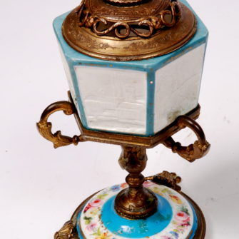 Lithophanie. Veilleuse en porcelaine de Paris.