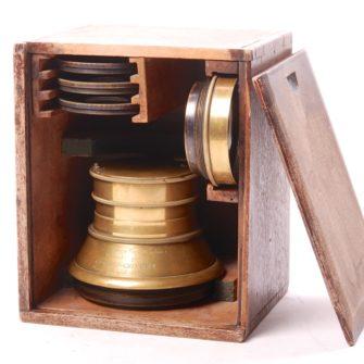 Photographe à Verres Combinés Inventé par Charles Chevalier