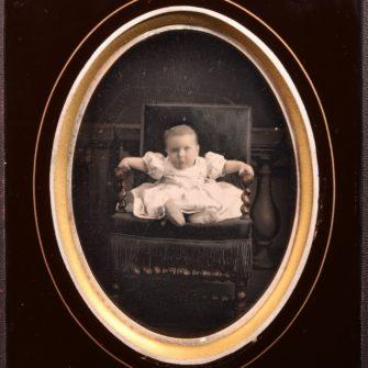 Anonyme, enfant assis dans un fauteuil, c. 1850  Daguerréotype