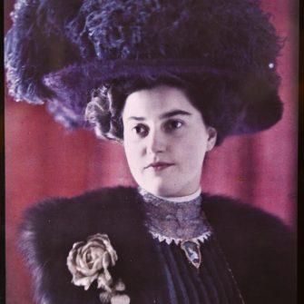 Autochrome 13×18 cm, femme au chapeau posant