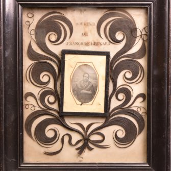 """Daguerréotype """"Souvenir"""" à décor de motifs de boucles en cheveux."""